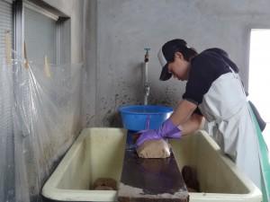 味噌玉を洗う